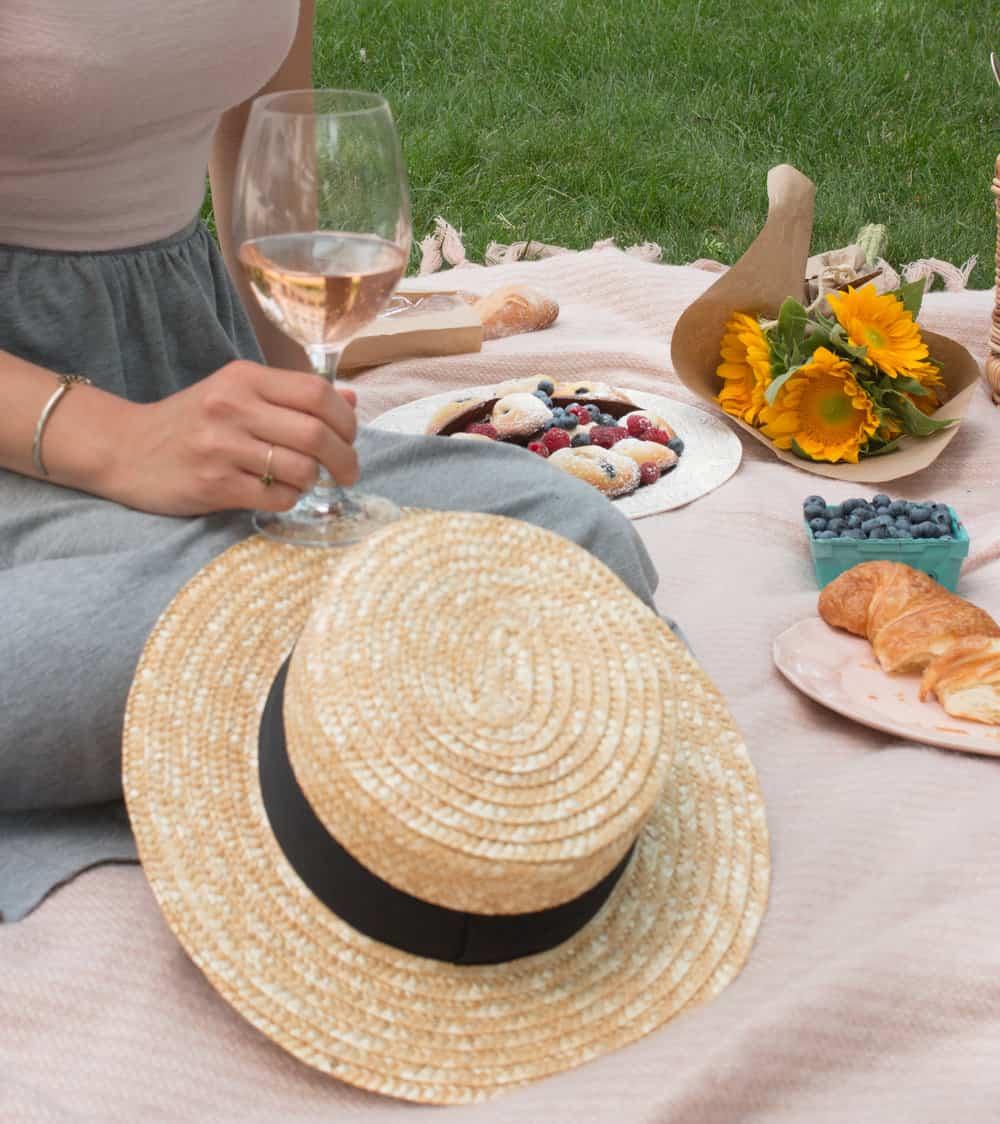 how to host a parisian picnic via everyday parisian