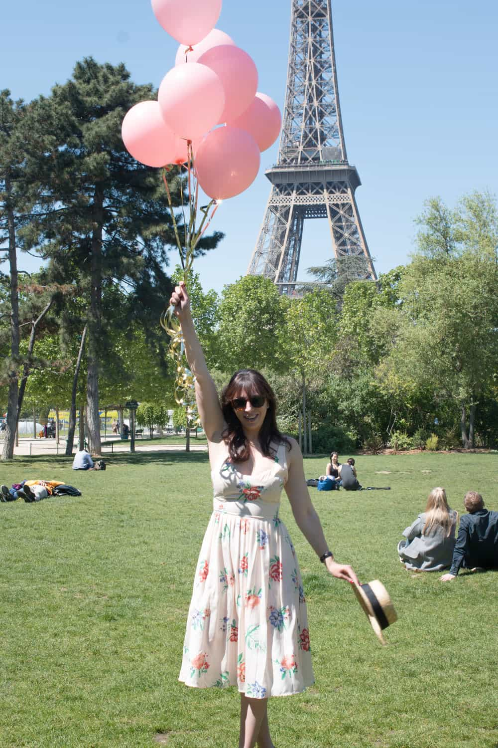 rebecca plotnick with pink balloons in front of the eiffel tower in paris france